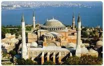 Costantinopoli Chiesa di Santa Sofia.Edificata fra il 532 e 537 da due architetti-scienziati Antemio di Tralles e Isidoro di Mileto. Con la caduta di Costantinopoli nel 1453 vennero rubati tutti gli arredi sacri e la basilica venne trasformata in moschea e furono costruiti quattro minareti. La perdita dei mosaici originari fu  dovuta soprattutto a infiltrazioni di acqua e terremoti.