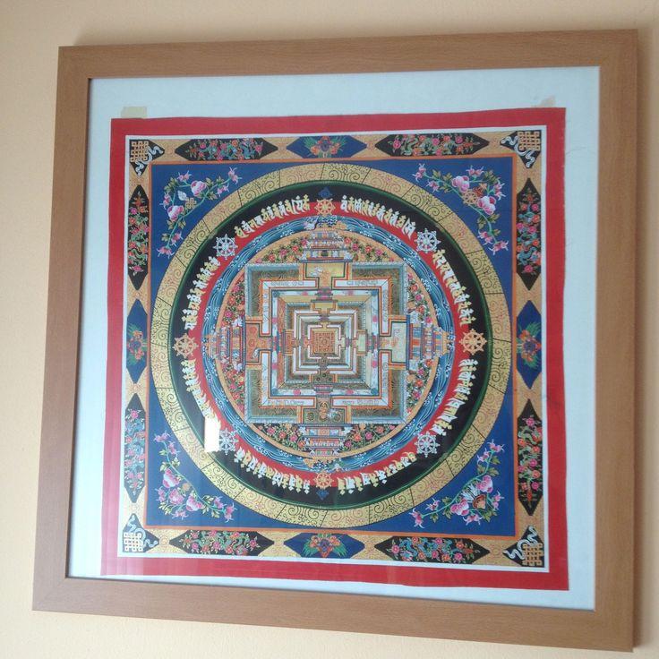 """Yantra handgeschilderd door Tibetaanse monikken. Meegebracht uit India Risikesh waar Tibetanen hun kunst verkopen. De Sri Yantra staat ook bekend als 'Nava chakra' (""""Nava"""" betekent 'negen' in Sanskriet. Het symbool het kan worden gezien als bestaande uit negen niveaus. Elk niveau komt overeen met een mudra, een yogini en een specifieke verschijningsvorm van de godheid Tripura Sundari."""