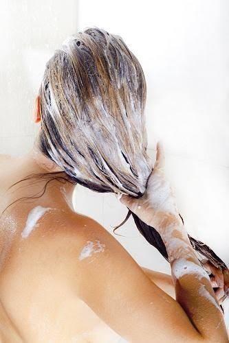 Decolorar el cabello sin dañarlo. Muchas mujeres desean decolorar el cabello, pero no todas saben cómo hacerlo sin dañar nuestro pelo
