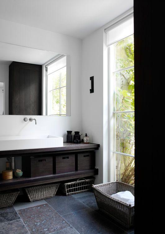 Tvättkommod massiv mörkbetsad stenskiva korg Charlotte Lynggaard