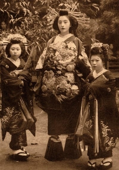 The oiran (attended by two maids) arose in the Edo period (1600–1868).   Oiran rank was established after the tayū (highest level) and koshi (second level) ranks' glory dwindled. They were categorized based on their beauty, character, education, and artistic ability.