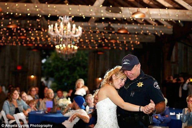 """Невеста на свадьбе получила трогательное """"послание"""" от погибшего отца-полицейского - фото 1"""