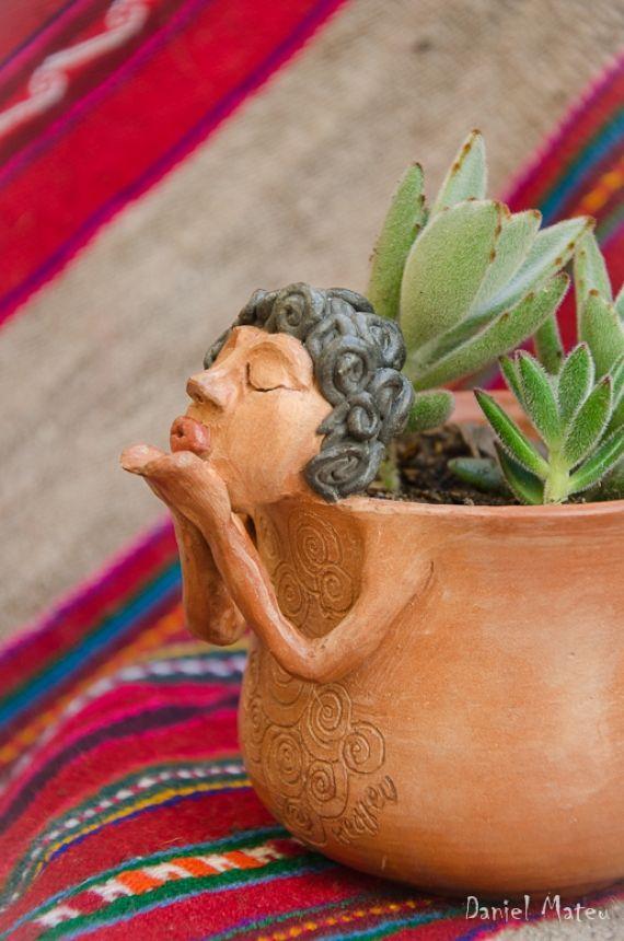 Macetas escultoricas  Mujeres de barro - 9cm de ancho x 9cm alto. de maceta, altura con mujer de barro 17cm. aprox.(podria ser papel mache)