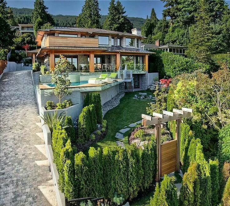 Casa en desnivel hacer en la casa pinterest for Casa con jardin al frente