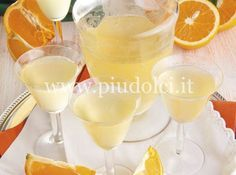 liquore-arancia Ingredienti 500 g di alcool a 75°C 2 arance non trattate 450 g di zucchero 450 g di acqua inoltre: corda da cucina 1 vaso di vetro con chiusura ermetica