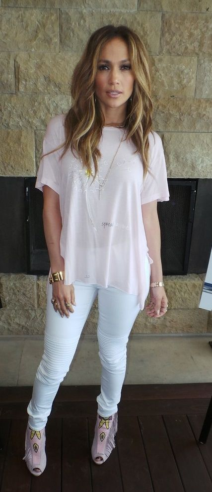 Simple and casual. Loving this romantic and airy look. (Jennifer Lopez)