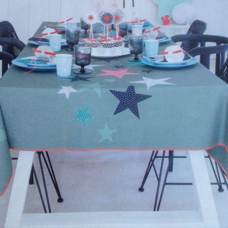 tafelkleed met sterren, strijk de sterren er mbv vlieseline op. Leuk voor de kersttafel