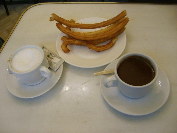 San Gines eşittir sıcak çikolata…Ama ne çikolata, enfes. Madrid'e gelip de burada sıcak çikolata içip yanında da churro denen bizim lokma tarzında yuvarlak halka şeklindeki yağda kızartılmış hamurları yemeden olmaz... Daha fazla bilgi ve fotoğraf için; http://www.geziyorum.net/madrid-gezisi/