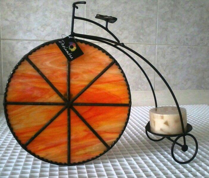 Bicicleta en hierro forjado con llanta en vitral