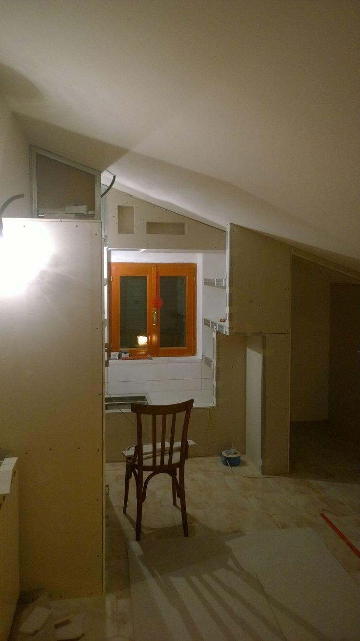 Realizzazione armadi a muro con angolo lettura in mansarda