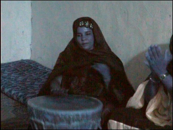 Sweta tocando el tbal (Gimenez, 2006)   La mujer en la música saharaui es un caso único en el mundo árabe, ya que se les permite tocar eltbal e instrumentos de cuerda –elardin–.Eltbales visto como un instrumento femenino en la sociedad saharaui a diferencia del resto del África sahariana y subsahariana, donde generalmente los instrumentos percutidos son percibidos como símbolo de masculinidad.