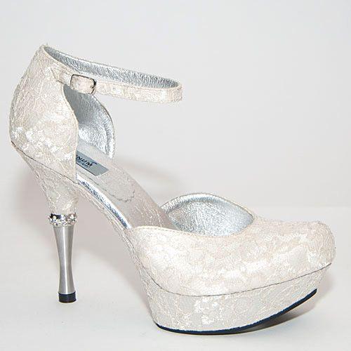 Самые удобные свадебные туфли на свете! Эта пара туфель оставит в вашей памяти весь праздничный вечер, ведь вы будете получать удовольствие от торжества, а не сжимать-разжимать под столом пальцы ног от боли. Верх  выполнен из обувного гипюра, которым также обтянута подошва. Конструкция модели очень удачная: с одной стороны по свадебной традиции пятка и носок закрыты, а с другой – ваши ноги не будут потеть, благодаря открытым боковым сторонам туфли. http://dariadetkina.ru