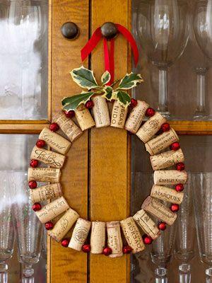 corona navideña elaborada con corchos