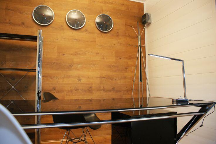 RubiOffice - Wewnątrz jest duzo przestrzeni biurko i kilka krzeseł wystrczą by zorganizować szybką naradę. http://rubiloft.eu/rubioffice/