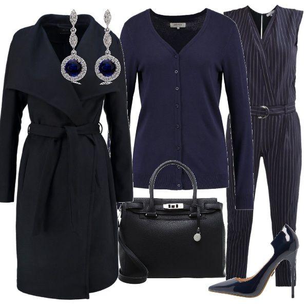 La jumpsuit in gessato viene proposta con un cardigan blu e scarpe décolleté con tacco altissimo. La borsa a mano è sempre blu come le gemme degli orecchini pendenti, Sopra tutto, si consiglia di indossare un cappotto con cintura da allacciare in vita.