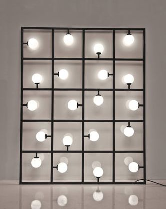 Pared iluminada    O escultural Squares, do Atelier Areti,  é um painel de lâmpadas que pode ser usado tanto na horizontal como na vertical e foi projetado para ser encostado ou fixado à parede.