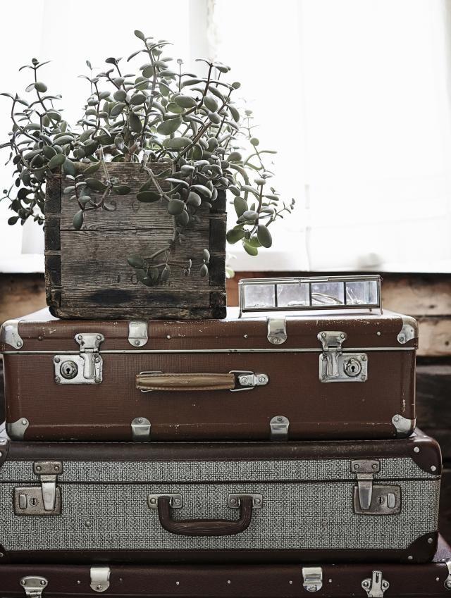 Vanhoista matkalaukuista syntyi  kukkapöytä. Old suitcases in bedroom.   Unelmien Talo&Koti Kuva: Krista keltanen Toimittaja: Jonna Kivilahti