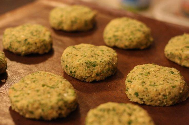 ひよこ豆のコロッケ はスパイスやハーブが効いて美味しい! 揚げずにオーブンで焼いて、更にヘルシー (^_^)v tenakoto88 材料 (4人分(12個)) ひよこ豆(水煮缶詰) 400g 玉ねぎ(みじん切り) 1/2個 にんにく(すりおろし) 2かけ レモンの絞り汁 大さじ1 パセリ(みじん切り) 大さじ2 コリアンダー(みじん切り) 大さじ2 クミンシード(粉末) 小さじ1 コリアンダー シード(粉末) 小さじ1 ベーキングパウダー 小さじ1/2 オリーブオイル 大さじ1/2 作り方 1 オーブンを200度、ファン付きでは180度に予熱。 2 ひよこ豆はザルにあけ、水気をきる。 その他の材料とフードプロセッサーに。 3 豆のつぶつぶがある程度残る程度に撹拌。 4 天板にクッキングシートを敷き、小判型などに成形して並べ、冷蔵庫で30分ほど冷やす。 5 オーブンに入れて、20分ほど焼く。 途中で一度、裏返す。 コツ・ポイント レシピの生い立ち 本来は揚げ焼きにするのですが、温度調節をうまくしないとバラバラになってしまいます。 オーブンならばその心配は少ないかと思って、、、…