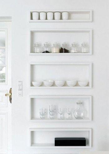 真っ白な壁面を利用したニッチ収納も、白い食器やガラス瓶を並べることで薬棚っぽく。