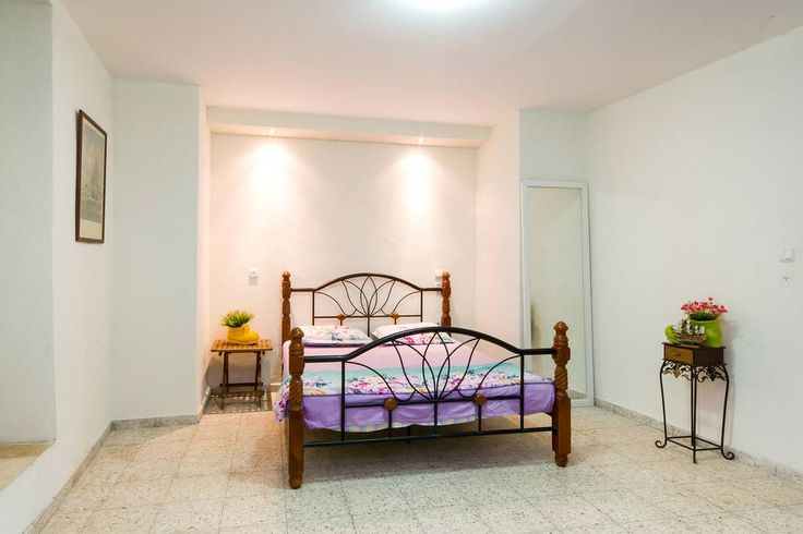 Spacious double bedroom at the coast of Acre, Israël.