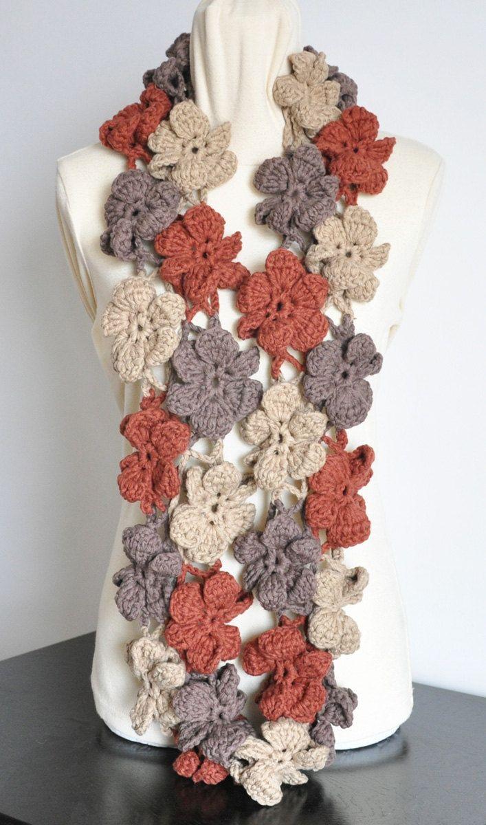 Grazie per la visita.  Questa sciarpa è a maglia con filato grosso ctto del colore 3, 30pcs di 4 fiori, il cerchio è circa 56 lungo, lunghezza e colore possono essere fatte su ordinazione.