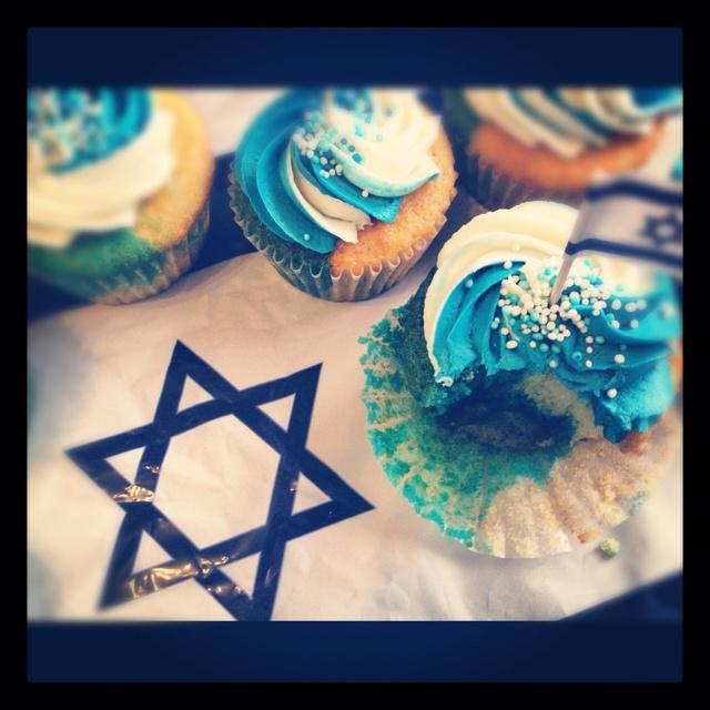 Yom Ha'atzmaut (Israel's independence day) cuppies!