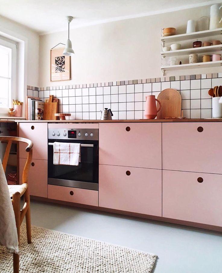 On Adore Cette Cuisine Aux Nuances De Rose Son Style Authentique Associe A La Douceur Des Couleurs Cree Une Amb In 2020 Home Home Decor Online Home Decor Stores