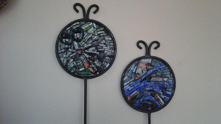 pines para macetas. Mariposa nocturna y pecesitos. Mosaico de venecitas, vidrio y piedra. Realizó P. Kandus (2017); obsequio para Alejandra Kandus