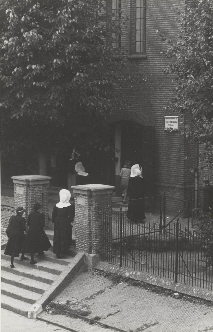 Kerkgang te Huizen. 1945 #NoordHolland #Huizen #cornet #isabee