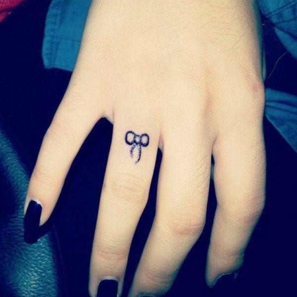 se faire tatouer un petit ruban noir sur le doigt