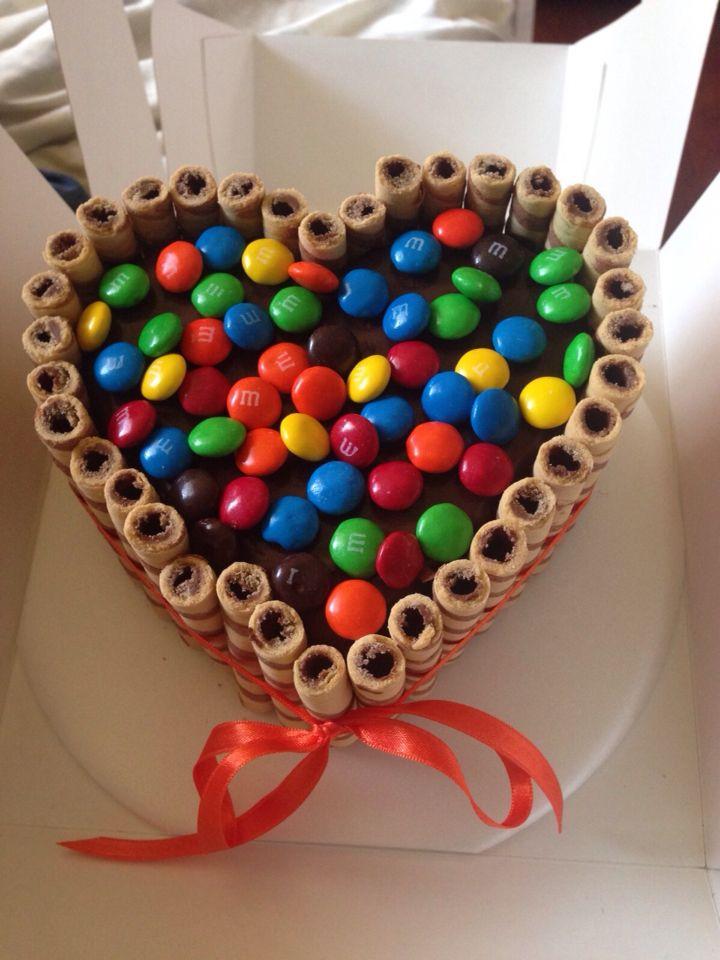 Torta FALL IN LOVE ,  pastel artesanal de LIACAKE con cubierta de chocolate, barquillos y M&M's #cake #handmade #chocolate  #torta #m&ms