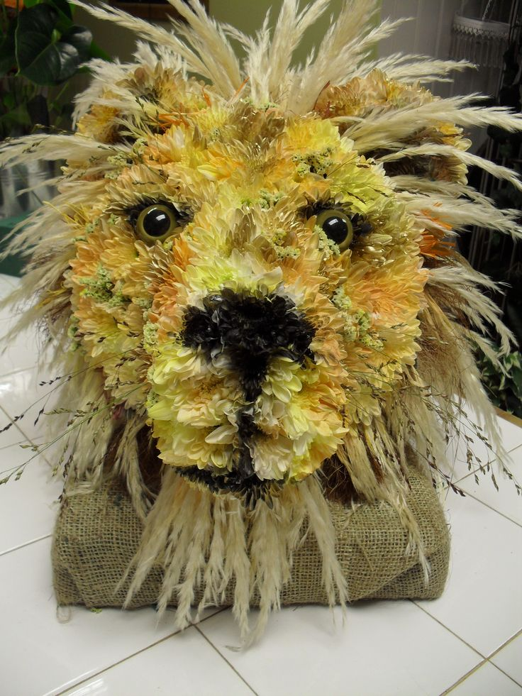 A lion's head made totally of flowers by Dilly.