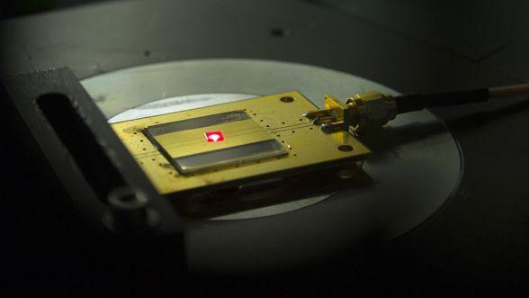 ASCII.jp:世界最小、原子2個のラジオを開発