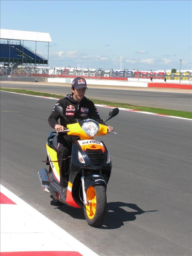 https://flic.kr/p/8bi3xR | Marc Márquez, en una vuelta de reconocimiento del nuevo circuito. | Marc Márquez, piloto Repsol de 125cc, en la pista del renovado Silverstone, sede del Gran Premio de Gran Bretaña.