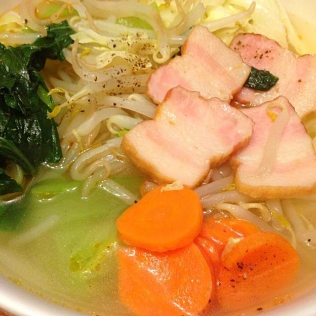 帰りが遅かったので、ヘルシーに満足したい! ってことで、もやしを麺がわりにして、たっぷり野菜をいれ、中華スープで味付け(^-^) 今日は、小松菜とキャベツ、ニンジンにベーコンで⭐︎ - 10件のもぐもぐ - もやしでラーメン風 by eringhii