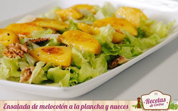 Ensalada de melocotón a la plancha y nueces -  Llegado el verano me encanta experimentar con las ensaladas. Son muy versátiles, permitiéndonos integrar un sin fin de ingredientes: frutas, verduras e incluso legunbres. Hoy el protagonista es el melocotón cocinado a la plancha, en el último momento antes de servir la ensalada. La clave de est... - http://www.lasrecetascocina.com/2014/07/13/ensalada-de-melocoton-la-plancha-y-nueces/