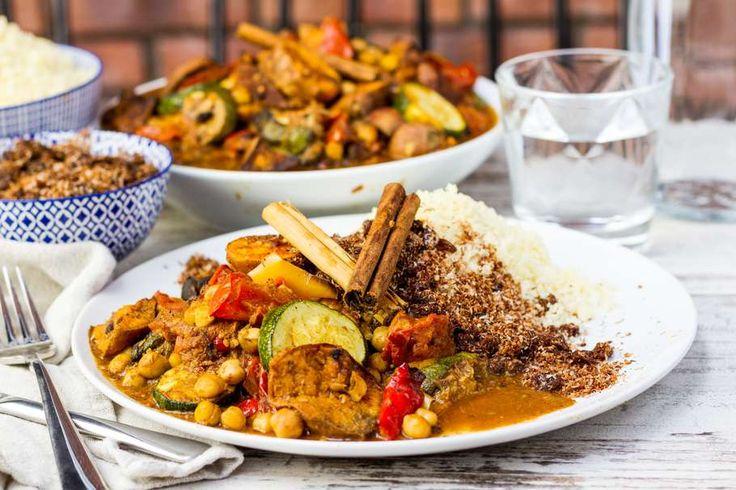 Recept voor marrokaanse groentestoof voor 4 personen. Met water, olijfolie, aluminiumfolie, couscous, zoete aardappel, kikkererwten, tomaat, paprikamix, courgette, Ras el hanout, kaneel, groentebouillonblokje, geraspte kokos en rozijnen