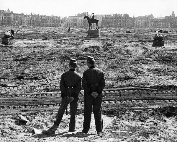 BERLIN 1945, Polizisten in alter Uniform in Betrachtung des abgeholsten Tiergartens, Foto Friedrich Seidenstücker