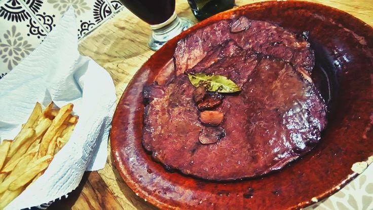 Chuletas de cerdo con vino tinto || 6 porciones. Tiempo de preparación: 30 minutos || Ingredientes: 6 chuletas ahumadas de cerdo, 2 cdas de aceite de oliva, 1 ½ tz de vino rojo, ½ taza de caldo de res, 1 hoja de laurel, 1 cda de vinagre balsámico, 18 dientes de ajo pelados, pimienta al gusto || Una receta fácil y rápida, ideal para el fin de año. Inspirada en esta receta de Ree, en The Pioneer woman: http://thepioneerwoman.com/cooking/pork-chops-with-garlic-and-wine/