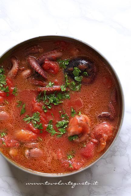Aggiungere i pomodori pelati - Ricetta Polipetti Affogati