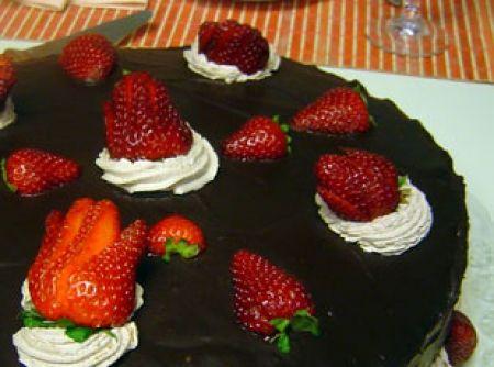 Receita de Bolo de chocolate com morangos - bolo em três partes iguais, regue cada parte com calda de sua preferência, recheie com o chantilly de chocolate, por cima cubra com uma camada de...