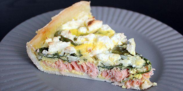 Et stykke lækker tærte med både laks, spinat og feta.
