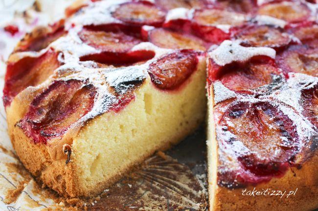 Super łatwe ciasto ze śliwkami to przepyszny wynik mojego kuchennego zrywu weekendowego. Jak wskazuje nazwa niezwykle prosto się je przygotowuje, a ja uwielbiam takie ciasta, które zawsze się udają i nie trzeba spędzić nad nimi połowy dnia. Kocham ciasta z owocami, więc wyciskam z letniego sezonu ile się da. Śliwki to jedne z moich ulubionych