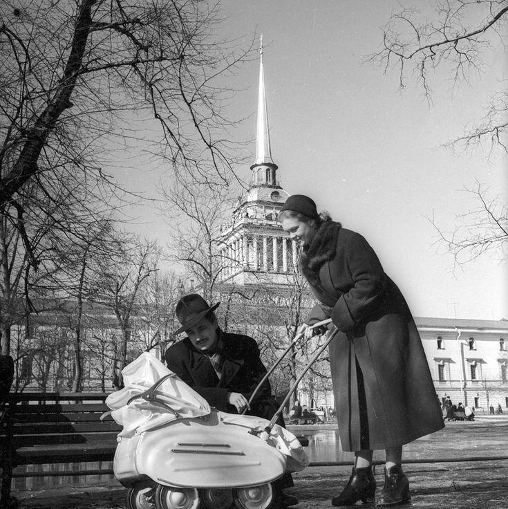 Семья на прогулке Евгений Халдей, Ленинград, 1950 г., МАММ