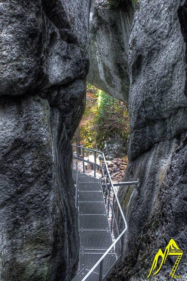Tiroliană la Canionul Şapte Scări, o minune naturală. Defileul este unul dintre cele mai spectaculoase din ţară...