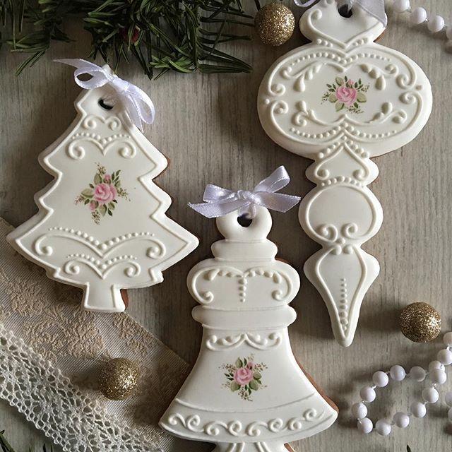 Gingerbread ornaments #gingerbread #christmas #ornaments #mezesmanna #handpainted #rose #handmade #white #nice #royalicingcookies #icingcookies #cookieart #iloveit #ilovechristmas #christmascookies #mezeskalacs #instadaily #instagram #instaday #instaart #instagood #instafood