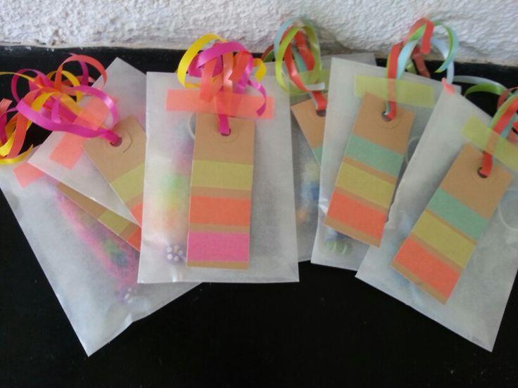 Traktatie: pergamijnzakje met neon-label