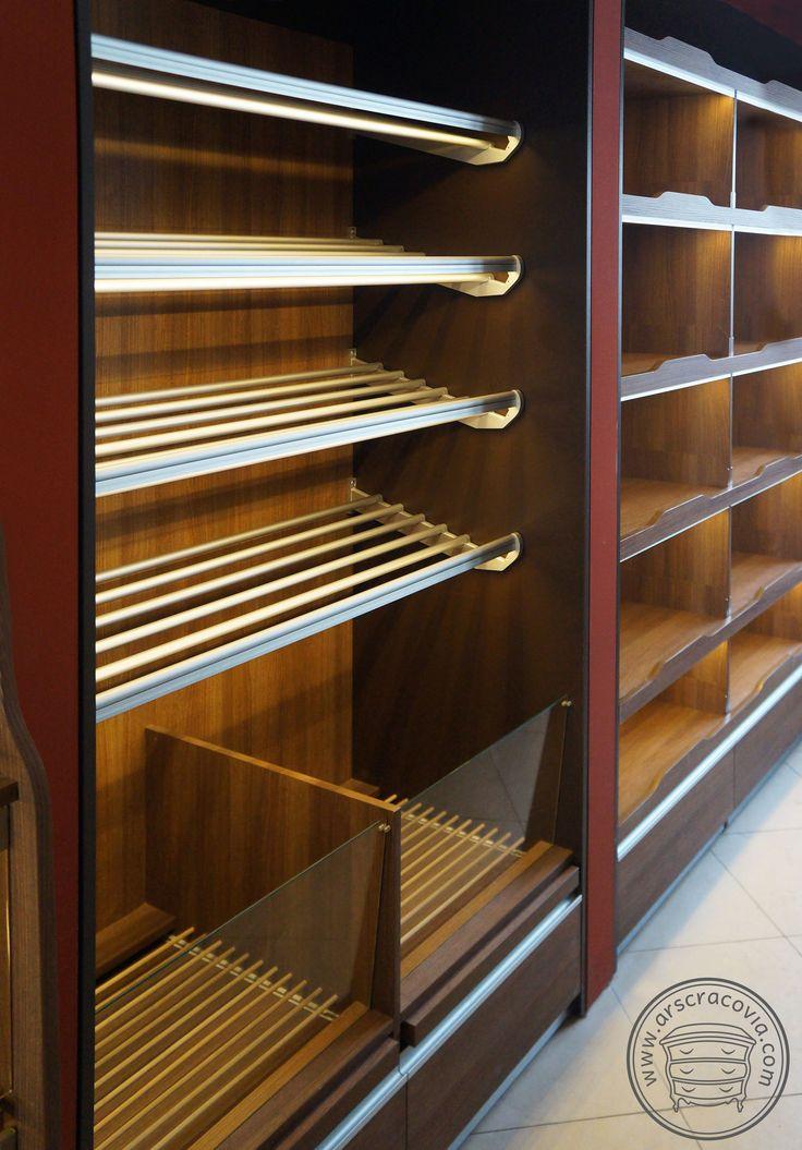 Wbudowane stalowe podświetlane półki na pieczywo z boksami na bułki, regały na alkohol z dolnymi szufladami, wykonane z płyt meblowych, laminatów HPL, drewna.
