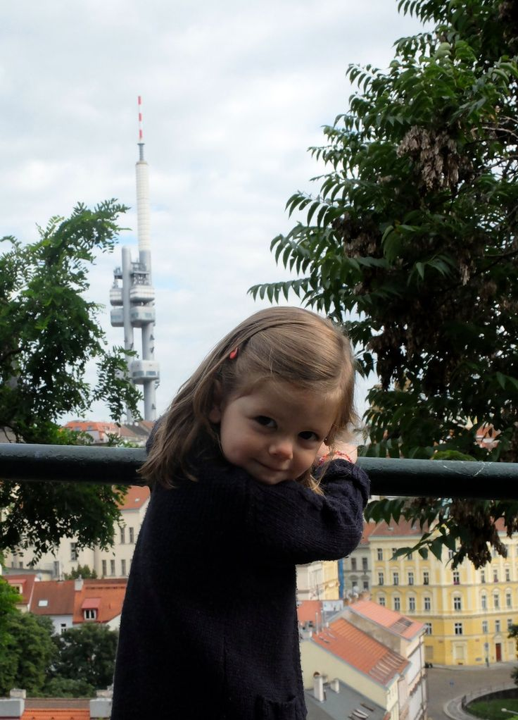 On reprend son souffle en admirant la tour de transmission de Žižkov (Žižkovská…
