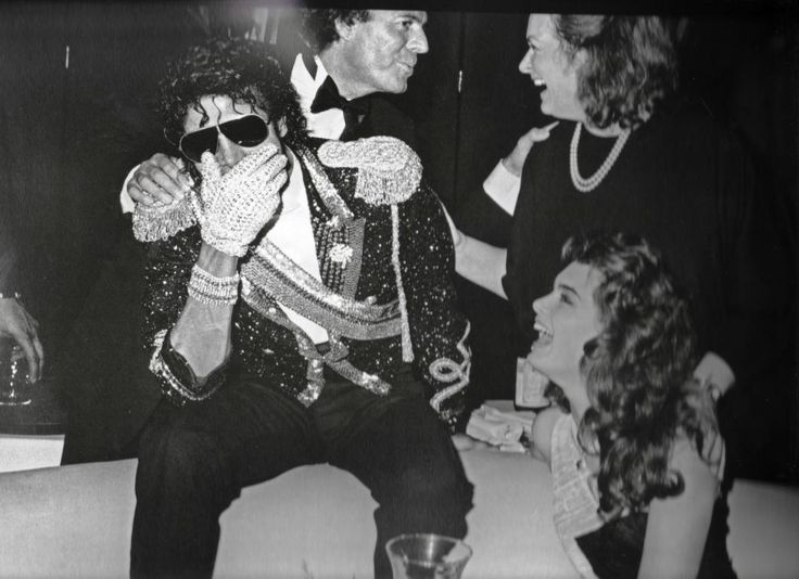 MJ, Brooke Shield and spanish singer Julio Iglesias backstage during the 26th Grammy Awards at the Shrine Auditorium February 28 1984